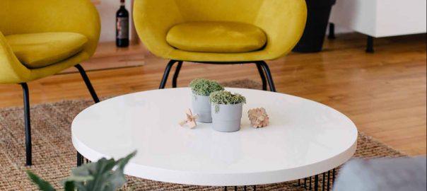 Gelber Sessel im Wohnzimmer