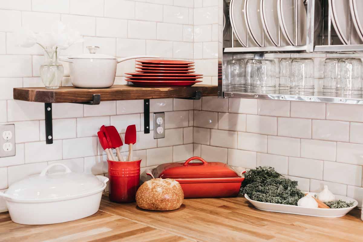 Rote Akzente in der Küche