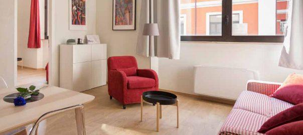 Wohnzimmer mit roten Akzenten
