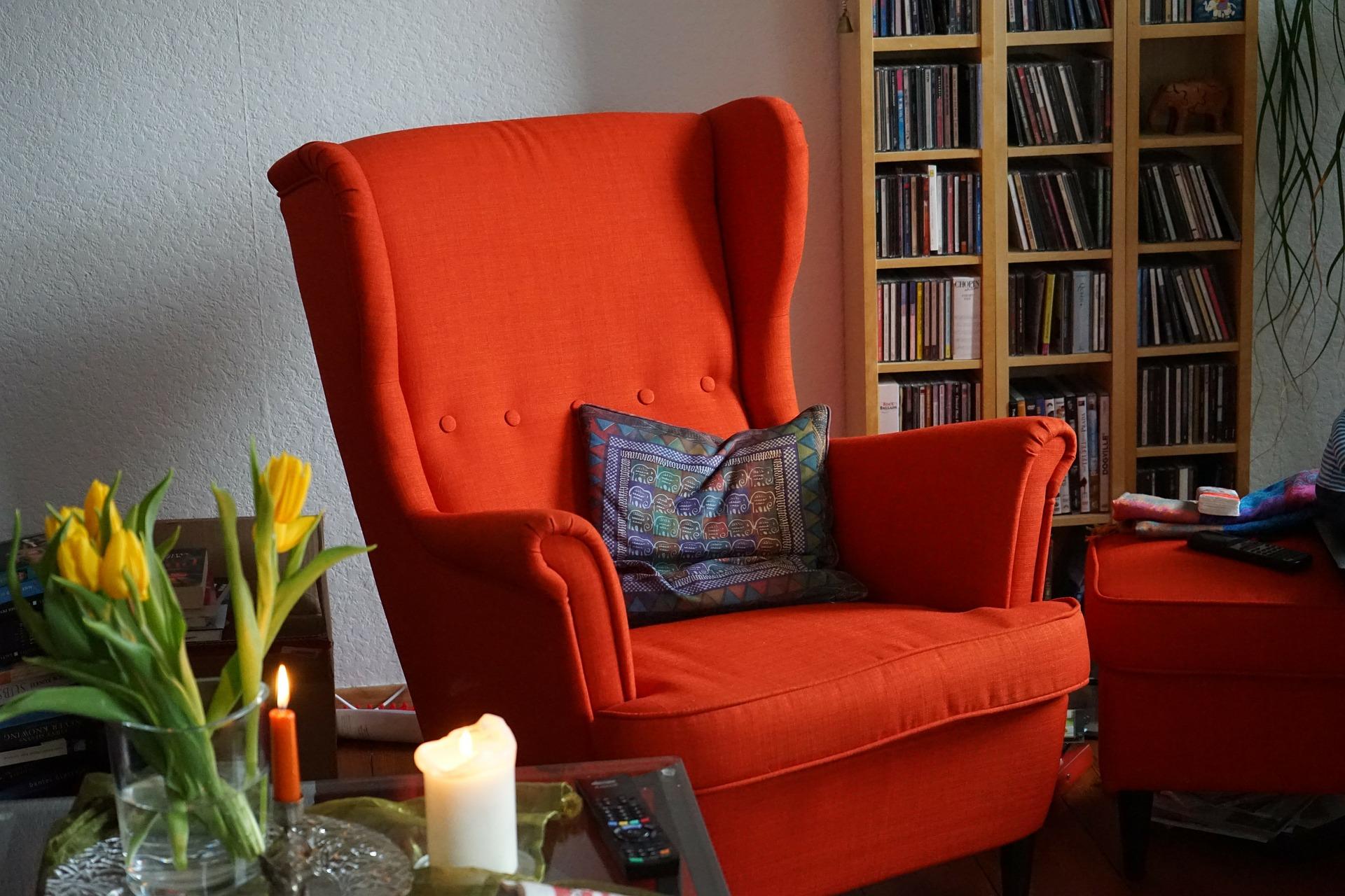 Mit einem roten Sessel Akzente setzen